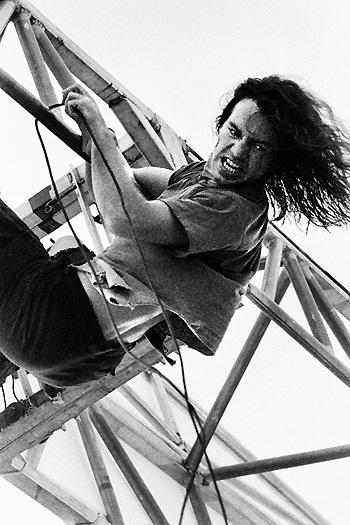 Vedder_hanging