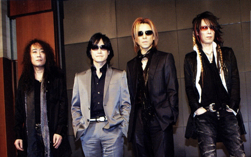 スーツを着たメンバー4人が並んでいるX JAPANの画像