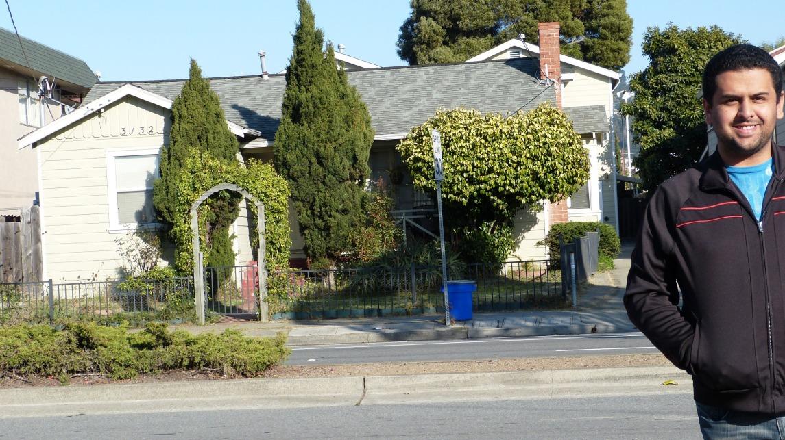 Queiroz em frente à casa onde tudo começou