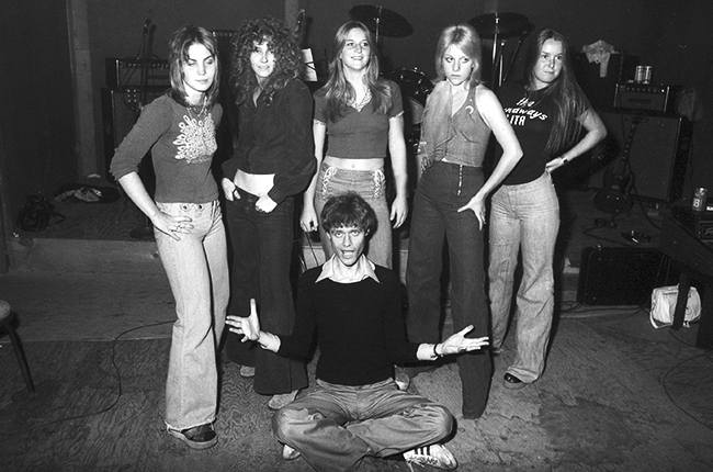 kim-fowley-with-the-runaways-1975-joan-jett-cherie-curie-lita-ford-billboard-650